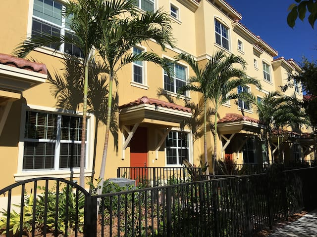 Brand New 3 Story Townhouse in Classic Lake Worth - Lake Worth - Townhouse
