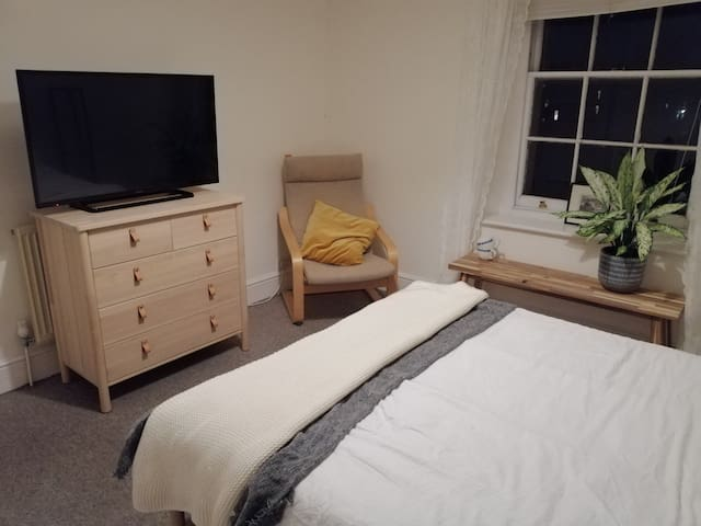 Quiet room with private bathroom in leafy Cotham