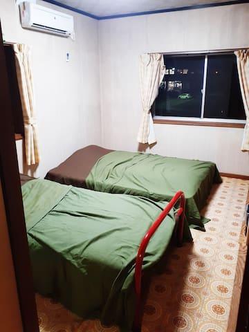 ベッドを2つ設置。夜は静かで快適に過ごせます。