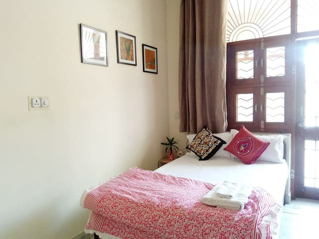 • SHANTI NIWAS • Bright & Colorful, Single Bedroom