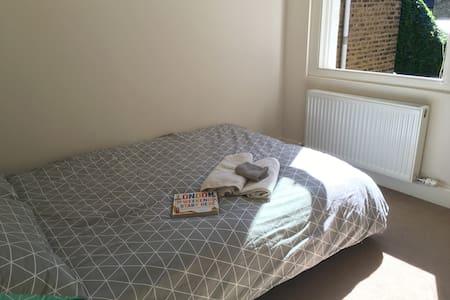 Double room between Brixton & Clapham - London