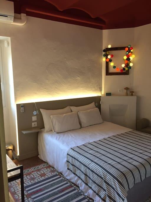 C t jardin les vans chambre rouge petit d jeuner bed for Chambre photographique 13 x 18