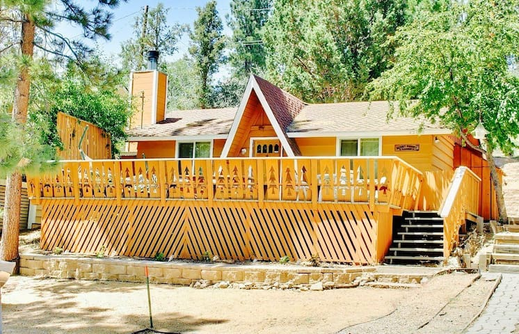 Cozy Chalet with Hot Tub! Minutes from Golf & Zoo!