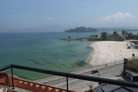Ático con terrazas en primera línea de playa. - Baiona - Lejlighed