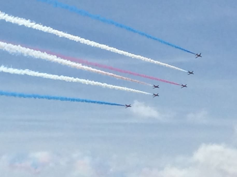 Red Arrows fly past the apartment (Airbourne)