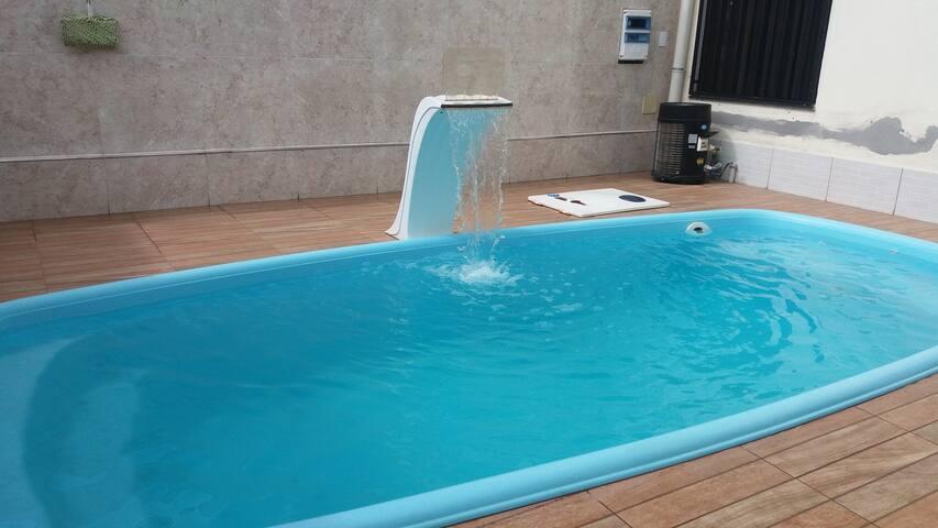 Casa duplex com piscina aquecida, próximo à praia.