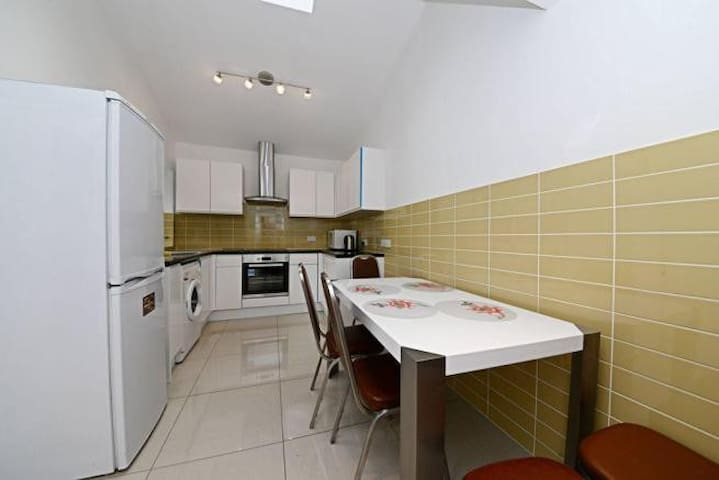 Cosy Bedroom in Central London House (Holborn) - London - House