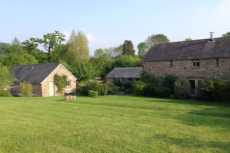 Lovely spacious independent room near Crickhowell - Crickhowell - Bed & Breakfast