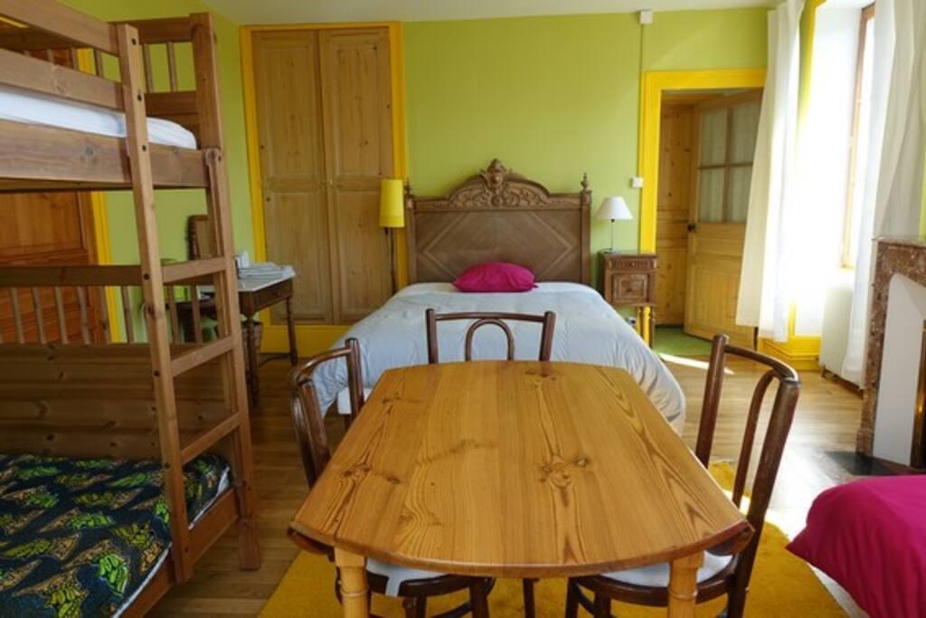un lit double, deux lits superposés, un lit simple