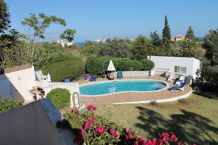 Villa avec piscine, beau jardin et vue sur mer