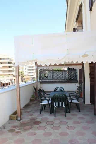 gazebo con tavolo e sedie sulla grande terrazza