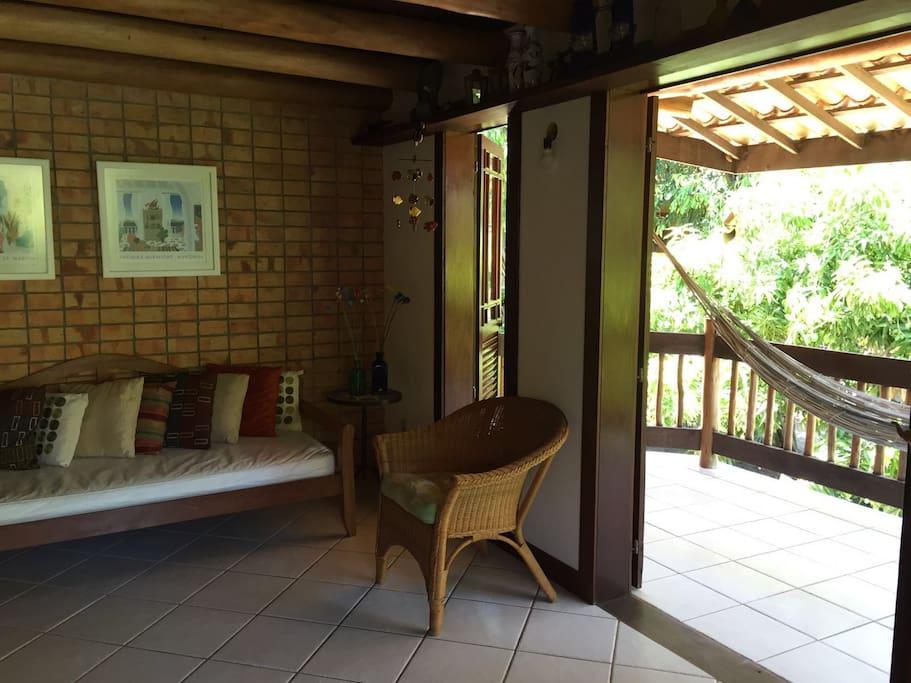 Sala e detalhe da varanda com rede