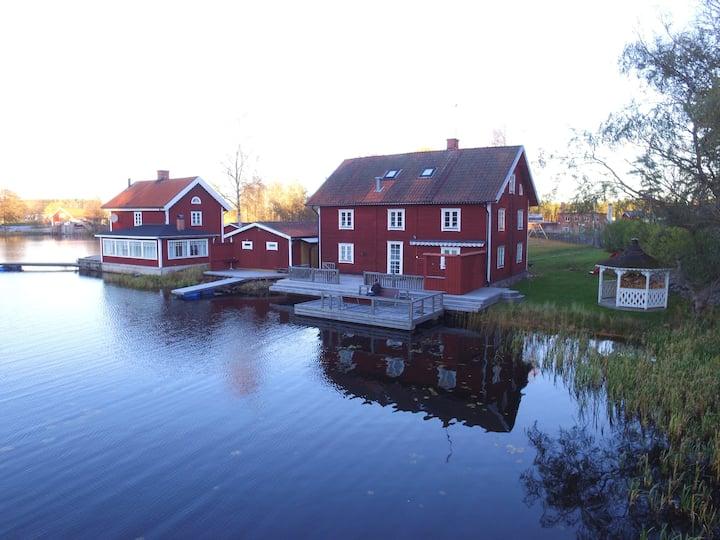Stor villa m sjöutsikt nära Astrid Lindgrens Värld