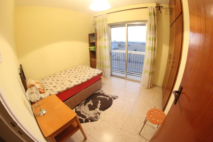 Private room with tiny balcony - Larnaca - Apartamento