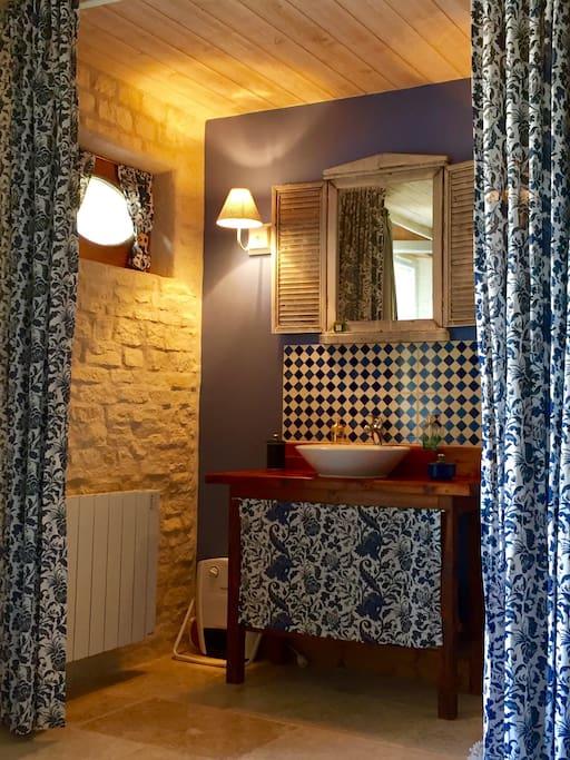 Salle d'eau intégrée à la chambre.