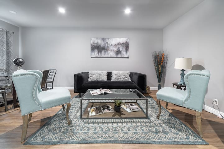 STYLISH 2BDR  AND 1BTH  APT IN HEART OF HOLLYWOOD