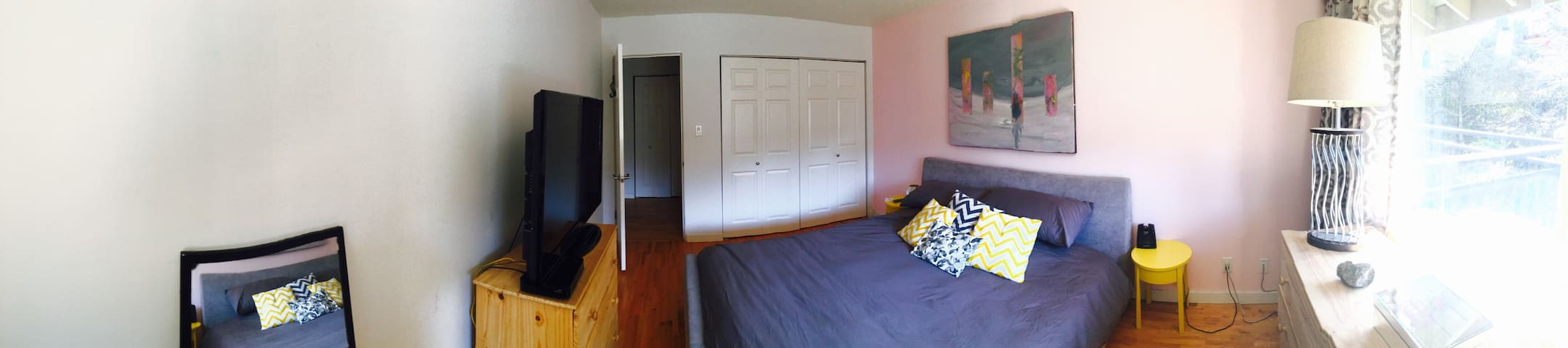 King sized bed - close to North Shore mountains!