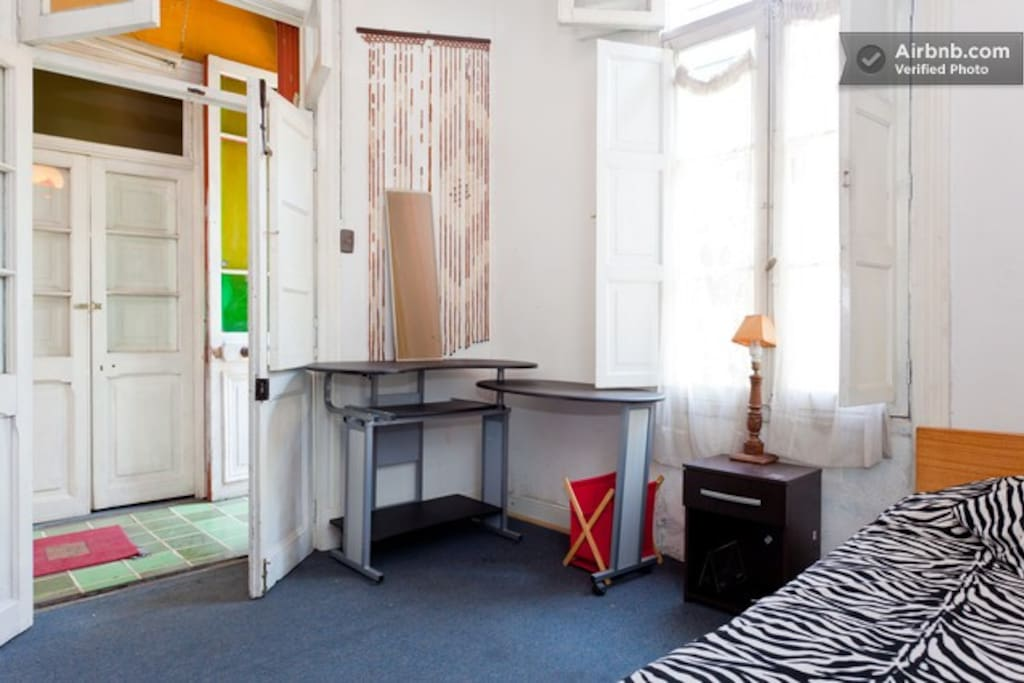 habitacion  cama  grande  matrimonial  , ventana  exterior , escritorio de trabajo
