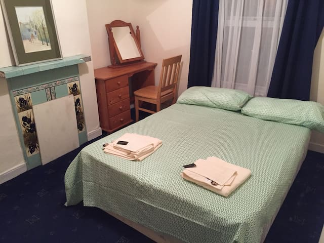 Master bedroom with massive comfy bed - Drumcondra - Casa