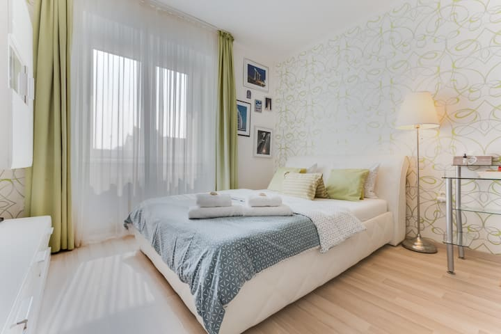 Beautiful room-8min to city centre & 1min to metro