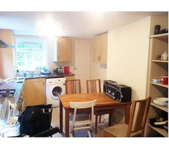 Lovely room available in London - London - Townhouse