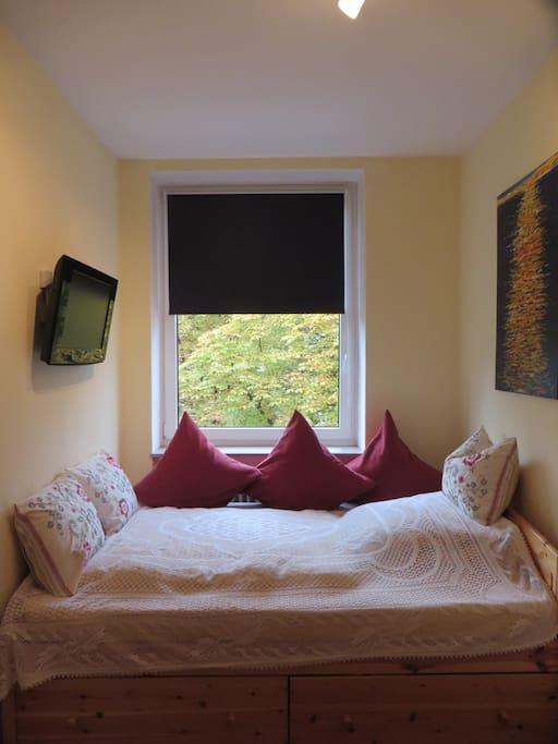 Gemütliches Bett: Flaches und hohes Kopfkissen vorhanden