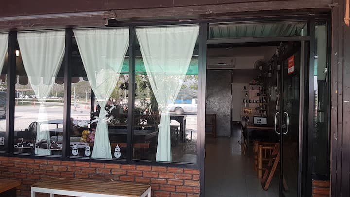 Mama's Guest House, in front of Singha Park.