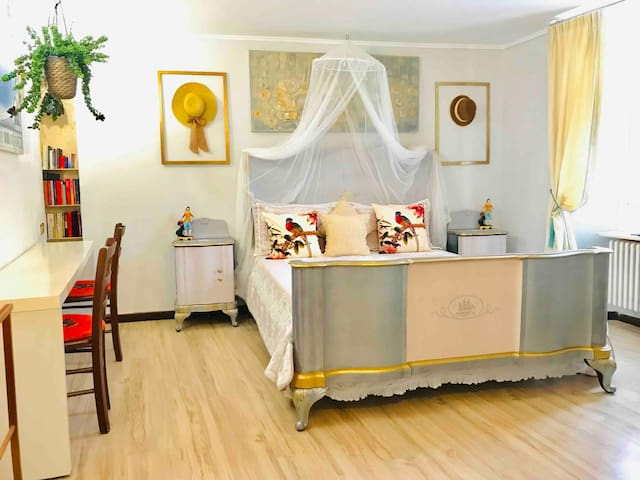Camera da letto matrimoniale , scrivania ,piano di lavoro ,Wi-Fi gratuito ,riscaldamento autonomo gratuito!