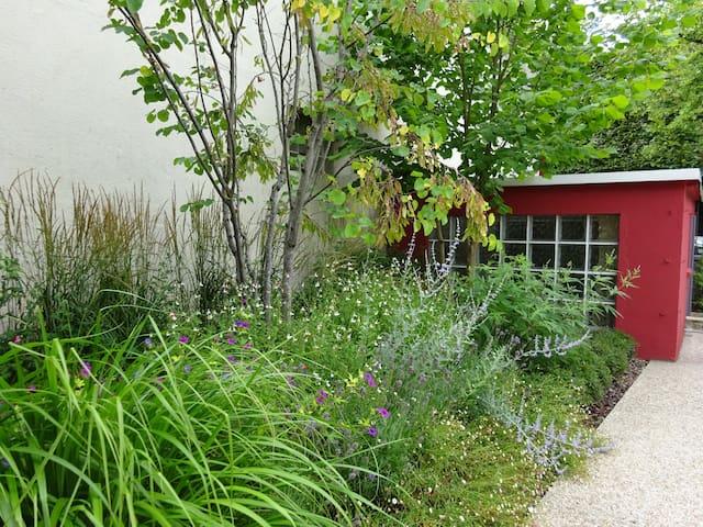Studio rouge dans la verdure près de Paris