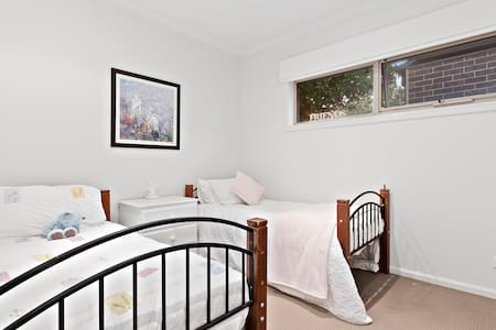 Twin Room for two in Pakenham Lakeside Haven!