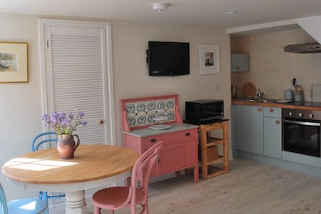 Cottage with parking 4mins easy walk to harbour.