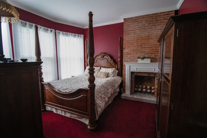 1 Bd in Historic Victorian Downtown, sleeps 3