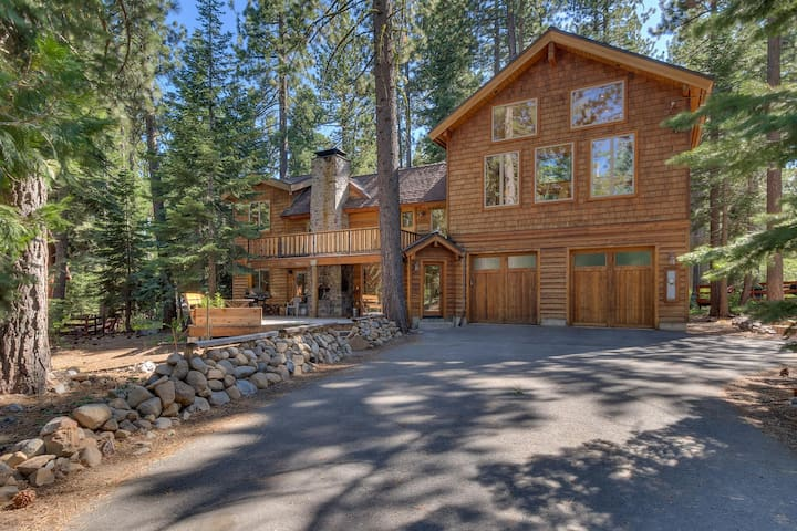 West Pine - 3 BR - Walk to Lake with Hot Tub!