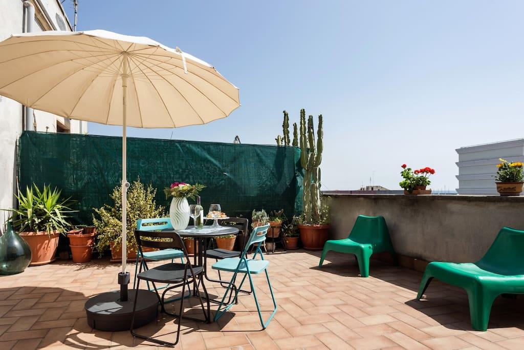 Ampia terrazza attrezzata, arricchita di piante grasse, con vista panoramica sui famosi archi della marina, caratteristici della città, sulla piazza e sul porto