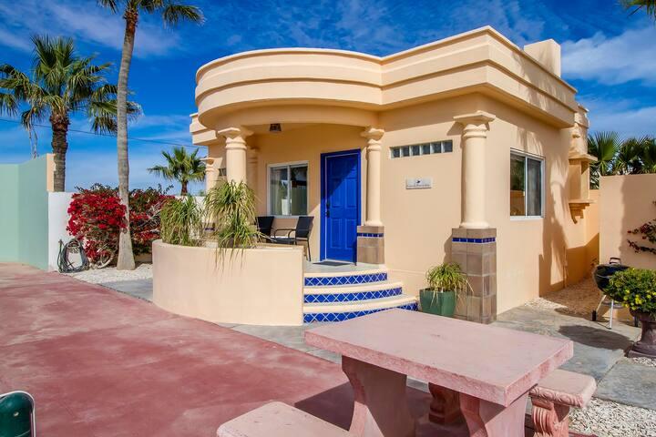 Cozy Studio in Las Conchas-85 yards to the Beach!