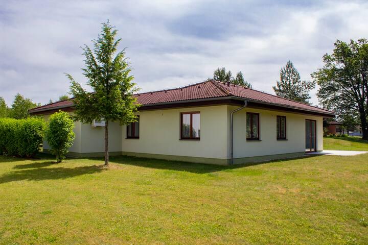 Prostorný dům na břehu rybníka - Dům č. 24