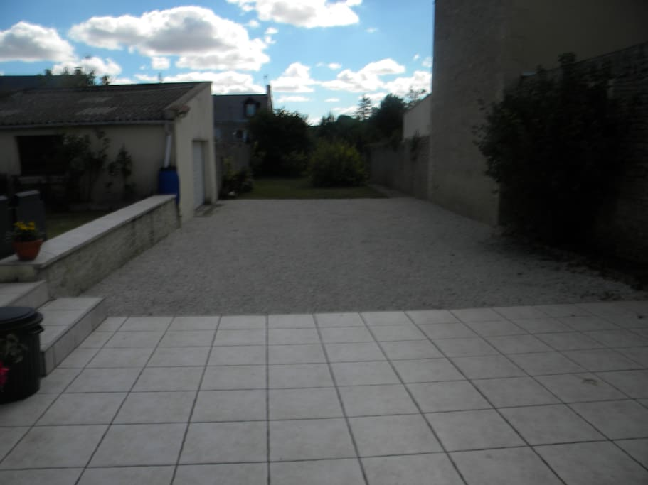 Cour intérieure clos de murs et place de parking - Portail électrique