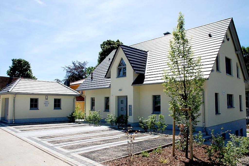 Die Hausansicht der Casa Sellin (mit Parkmöglichkeiten) im Ostseebad Sellin auf Rügen.