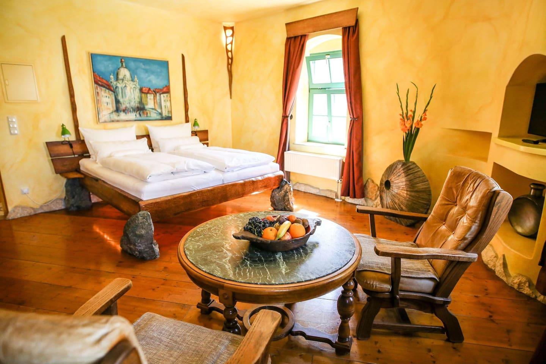 Unser Steinzimmer; Naturstein und hochwertige Hölzer; rustikal und massiv; Badezimmer mit Mosaiksteinen in Ocker- und Rottönen