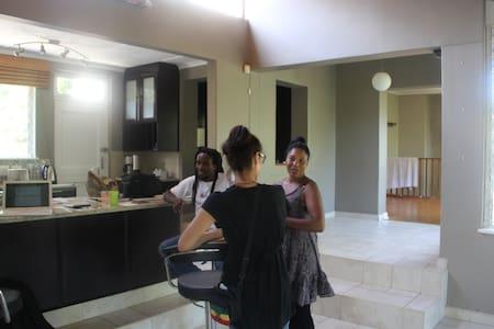 Sunny family friendly open plan - Berea