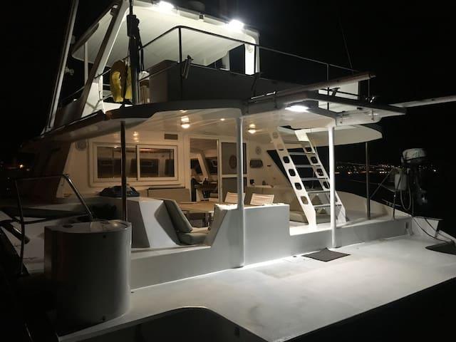 Bateau catamaran proche HYERES