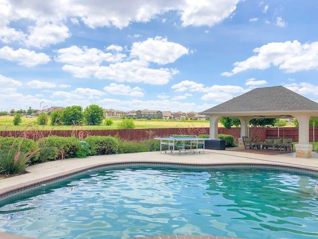 Sprawling 4200 sq ft Texas Pool House!