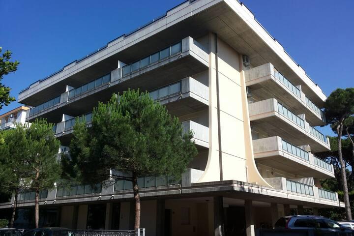 Appartamento con ampio balcone, non lontano dal mare e di fianco alla pineta.