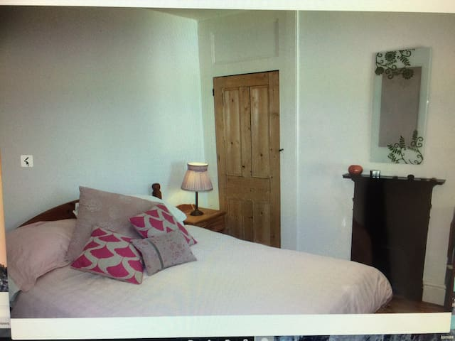 Charming ensuite 2 mins from beach