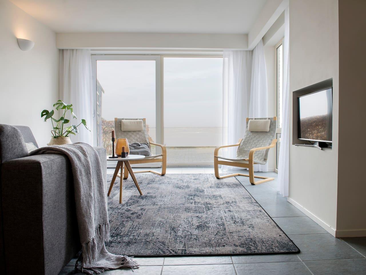 Heerlijke zitkamer met prachtig uitzicht op het meer