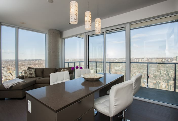 Panoramic 2 BR Suite in the ❤️ of Toronto with Open City Views