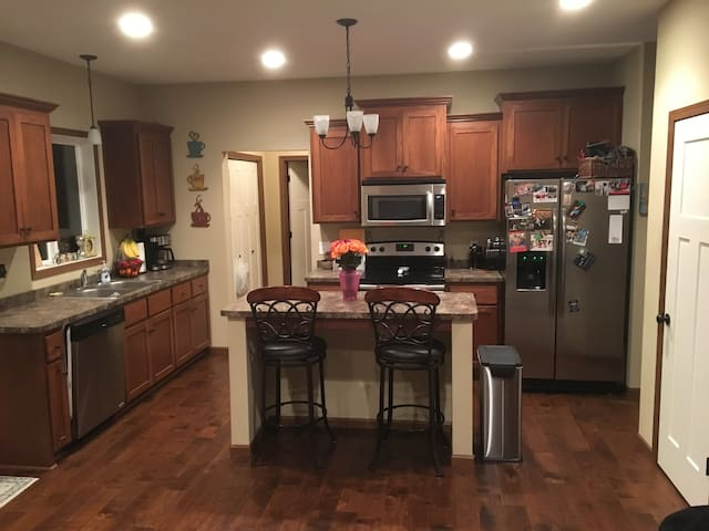 3 Bed Home for Superbowl, 5min to Train Downtown