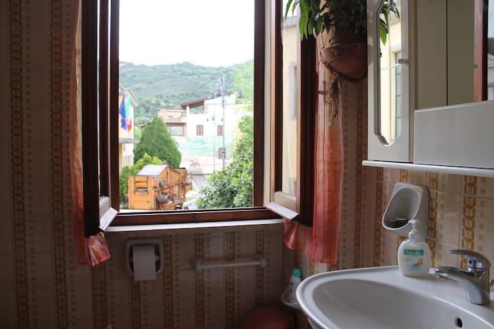 Baño con vistas al Ayuntamiento, murales y montañas del pueblo