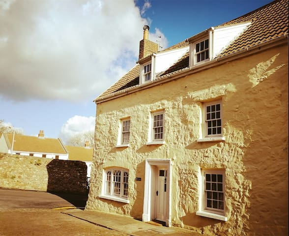 Central location, 4 bed cottage, Alderney