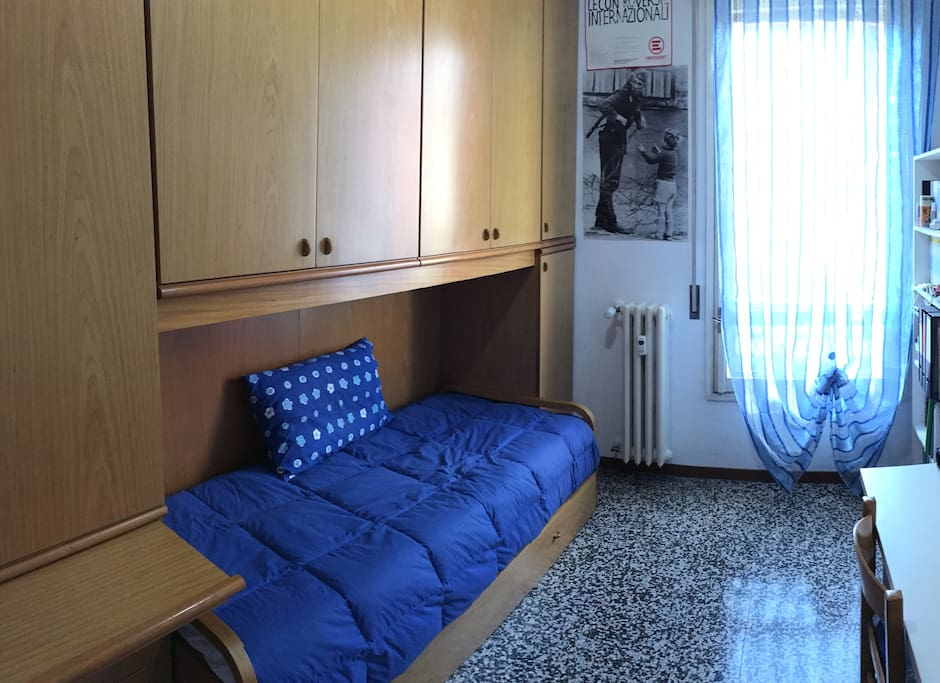 Camera con 2 letti (uno estraibile) Bedroom with 2 beds (one pull-out bed)